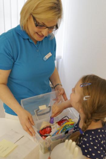 Zahnärztin Nina Jguburia kümmert sich auch um die kleinen Patienten
