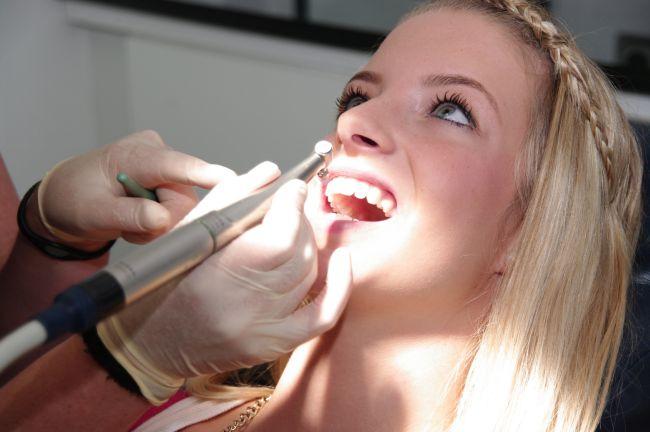 Ein strahlendes Lächeln - durch die professionelle Zahnreinigung in der Zahnarztpraxis Jguburia