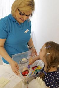 Frau Jguburia mit einer kleinen Patienten vor dem Prophylaxe Termin