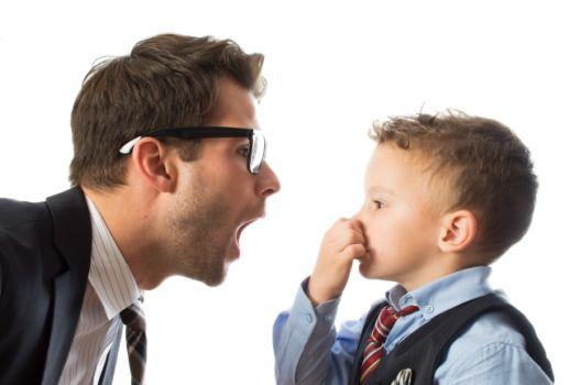 Patient aus Hannover mit Mundgeruch vor einem Kind